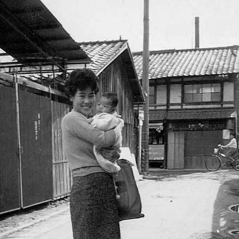 まだアスファルト舗装がされていなかった1964年当時の浄福寺通