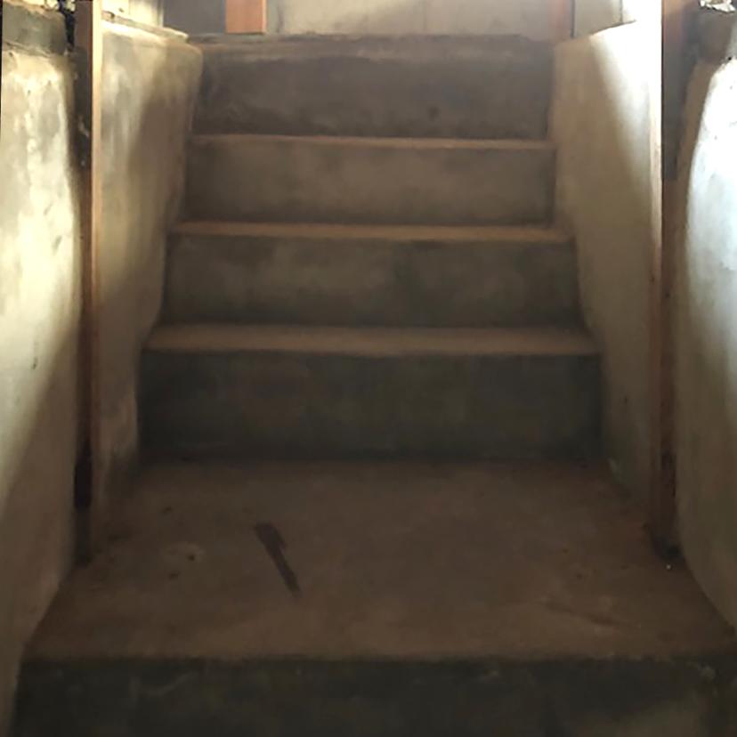 地下の旧貯蔵庫へと続く階段は